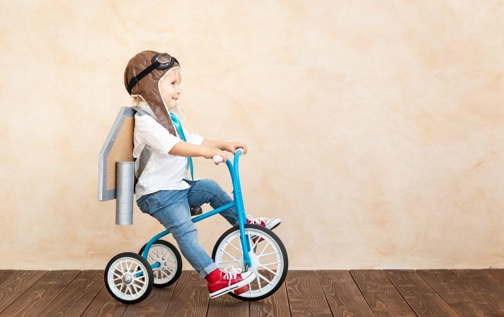 自転車に乗って遊ぶ子供